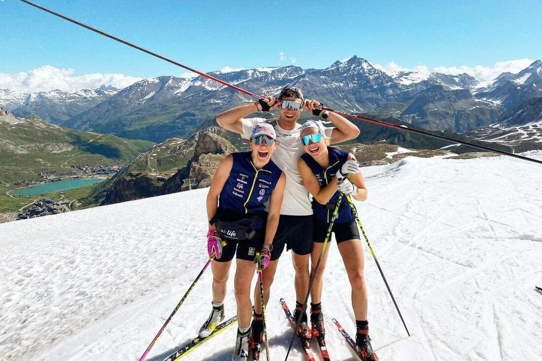 Moa Lundgren, Marcus Grate och Emma Ribom med ett leende på läpparna 3000 meter över havet. FOTO: Svenska Skidförbundet.