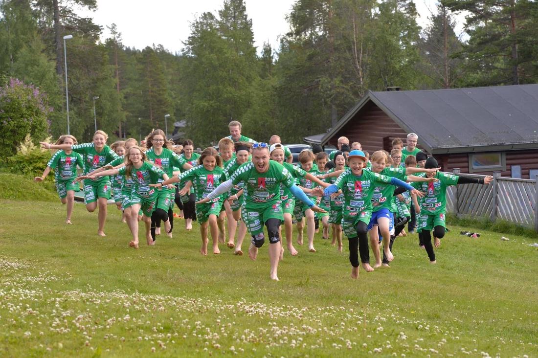 Robin Bryntesson med glada ungdomar på läger. FOTO: Sockertoppen IF.