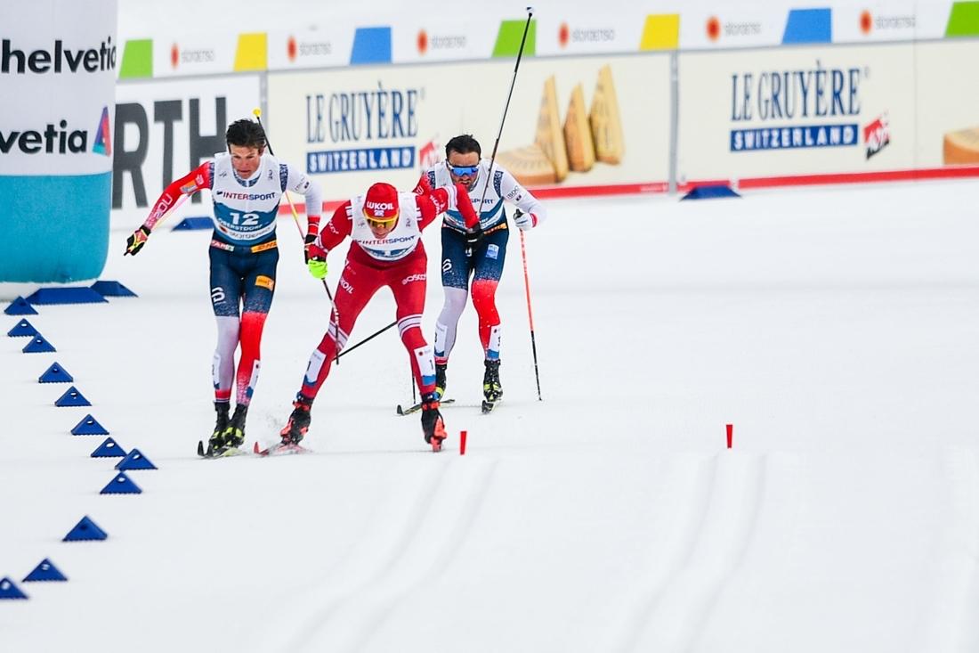 Situationen när Bolshunov knäckte staven, Kläbo blev diskad och guldet gick till Iversen. FOTO: Johanna Lundberg/Bildbyrån.