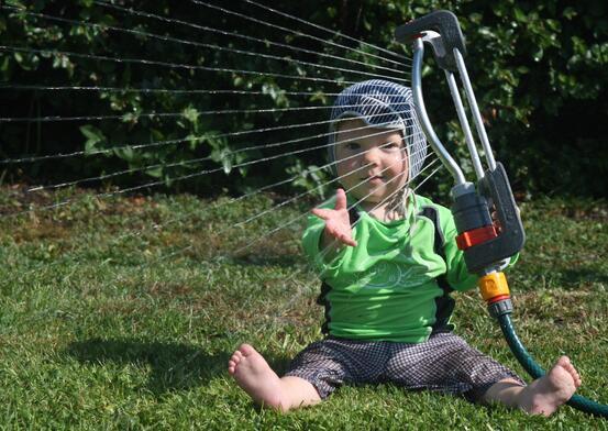 Bilde av gutt og vannspreder - Mostphotos