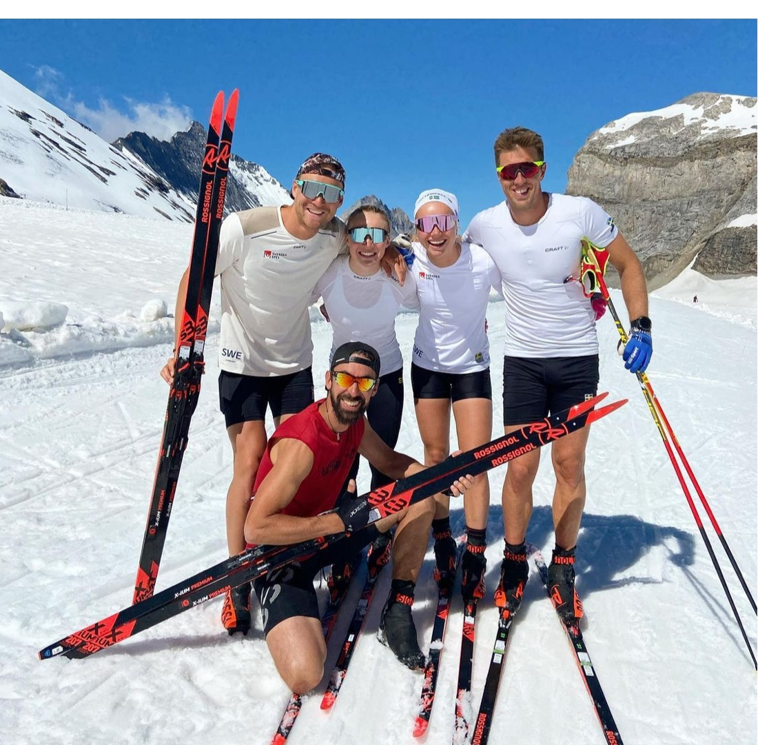 Marcus Grate tillsammans med Jonna Sundling, Emma Ribom, Calle Halfvarsson och Simon Caprini från Rossignol i samband med svenska landslagets läger på glaciären i Tignes, Frankrike häromveckan. FOTO: Instagram Marcus Grate.
