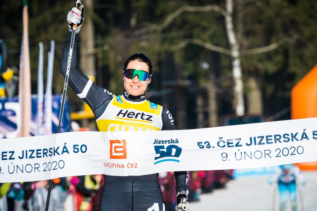 Här vinner Britta Jizerska 50 i Tjeckien 2020. Hennes senaste och 21:a seger i Visma Ski Classics. Får vi se 38-årigen högst upp på pallen i vinter igen? FOTO: Visma Ski Classics/Magnus Östh.