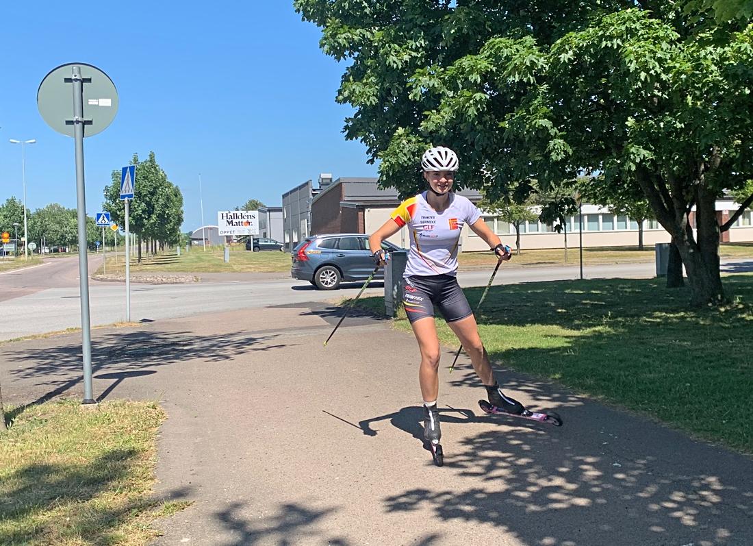 Ebba Johansson använder rullskidorna både till träning och som transportmedel. FOTO: Johan Trygg/Längd.se.