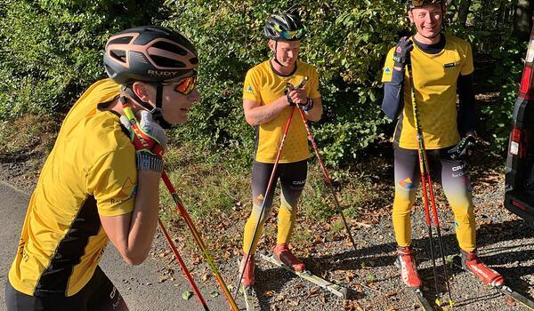 Max Novak, Johannes Eklöf och Herman Paus från Team Ramudden åker rullskidloppet Stakning Lysebotn Opp den 5 augusti. FOTO: Johan Trygg/Längd.se.