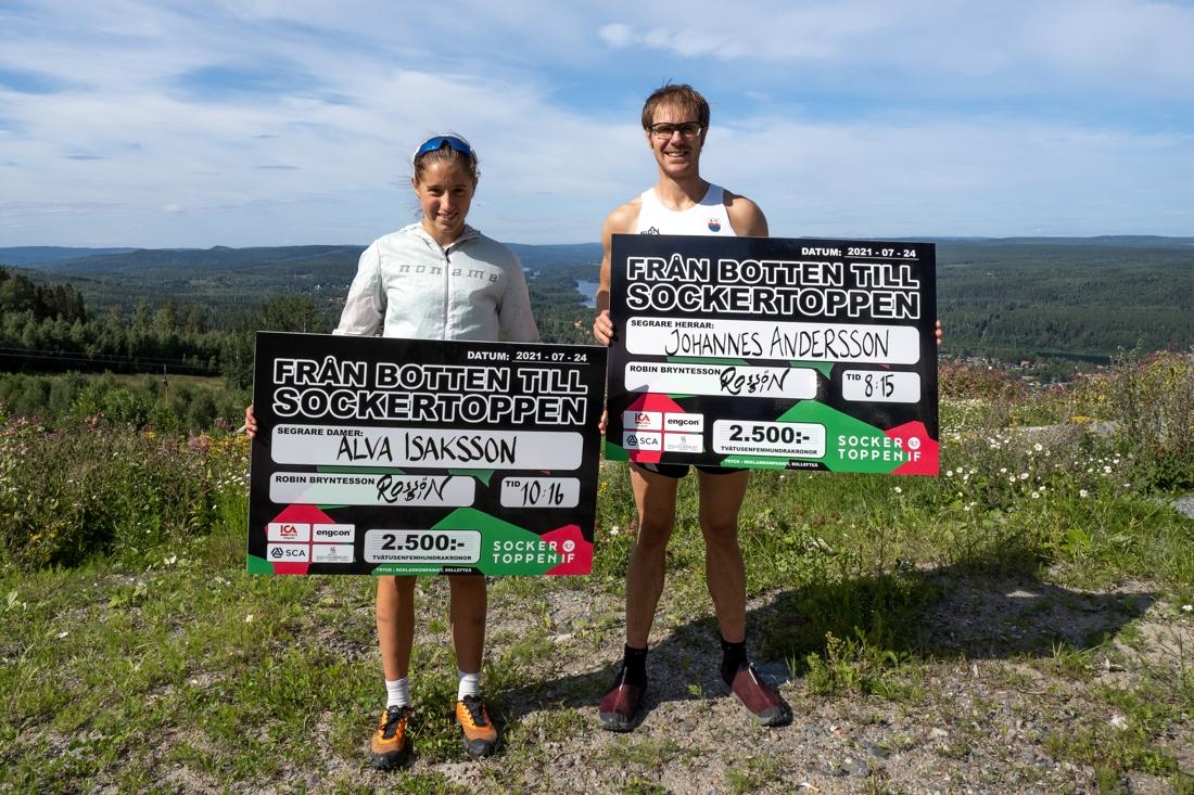 Alva Isaksson och Johannes Andersson med segercheckarna på toppen av Hallstabacken. FOTO: Sockertoppen IF.