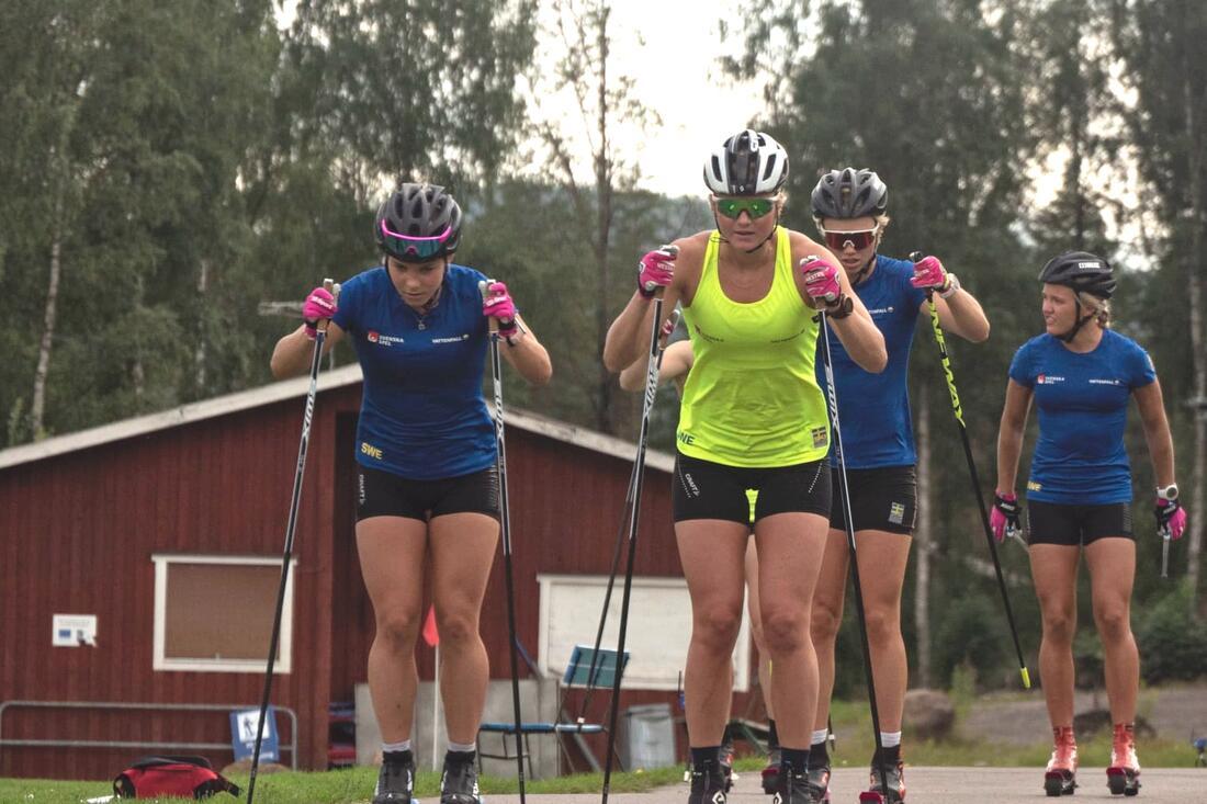 De svenska landslagsåkarna får hårt motstånd av flera världsstjärnor vid rullskidtävlingarna under Trollhättan Action Week i slutet på augusti. FOTO: Lukas Johansson/Svenska skidförbundet.