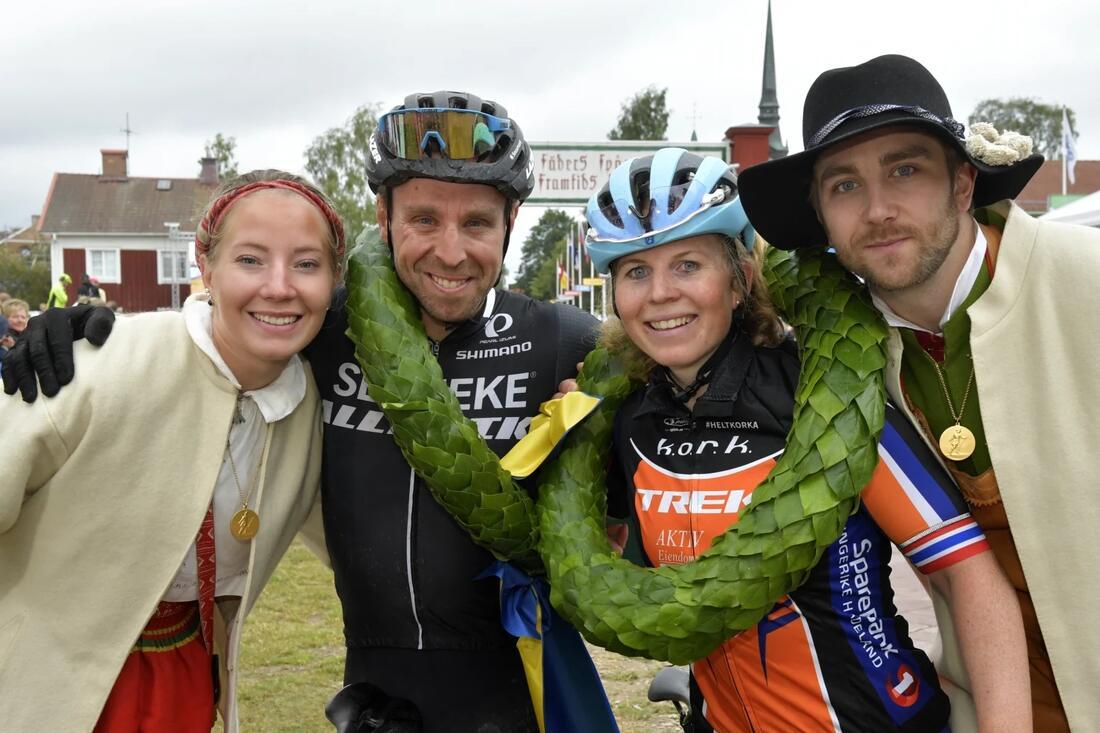 Emil Lindgren och Elisabeth Sveum, här med kranskullan Emma Höglund och kransmasen Victor Sticko, vann Cykelvasan 2019. Vinner de även Cykelvasan 90 Elit på torsdag? FOTO:Vasaloppet/Nisse Schmidt.