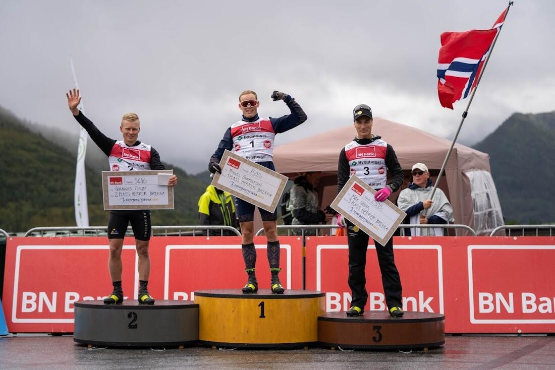 Team Ramuddens Johannes Eklöf och Max Novak var tvåa och trea efter Mikael Gunnulfsen på fredagens backlopp under Toppidrettsveka. Novak är totalledare inför lördagens skiathlon men kommer inte till start. FOTO: Toppidrettsveka.