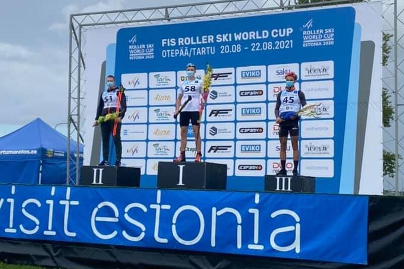 Malte Jutterdal fick kliva högst upp på pallen efter seger i juniorklassen vid rullskidvärldscupens masstart i Tarttu, Estland. FOTO: Svenska skidförbundet.