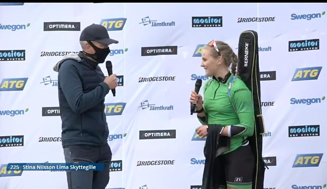 Stina Nilsson intervjuas efter sitt första SM-guld som skidskytt. FOTO: Från Expressens sändning.