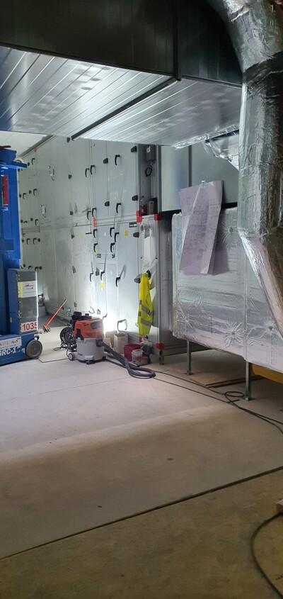 Et av fire ventilasjonsaggregater i skolebygget_400x845.jpg