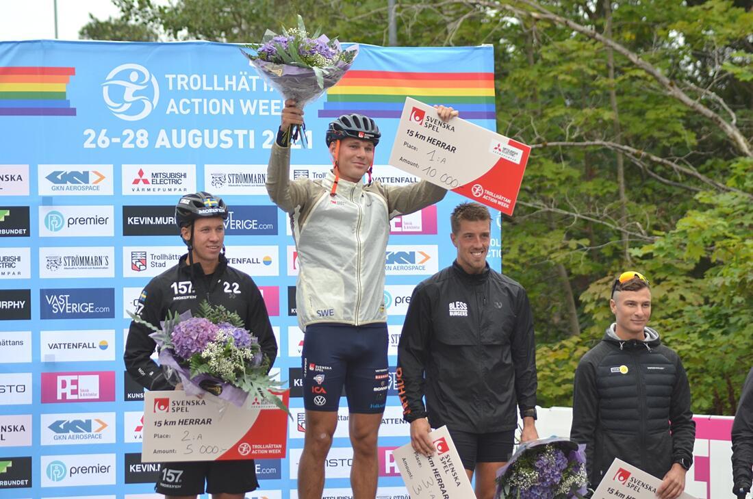 Marcus Grate tillsammans med tvåan Emil Persson, trean Calle Halfvarsson och fyra Max Novak efter 15-kilometersloppet i Trollhättan. FOTO: Johan Trygg/Längd.se.
