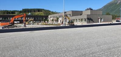 Skolen sett fra idrettsbanen_400x189.jpg
