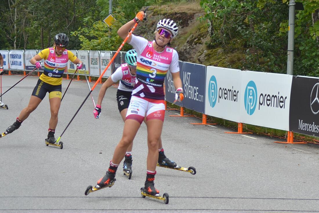 Emma Ribom tog andra raka segern under Trollhättan Action Week när hon vann sprinten närmast före Maja Dahlqvist och Johanna Hagström. FOTO: Johan Trygg/Längd.se.