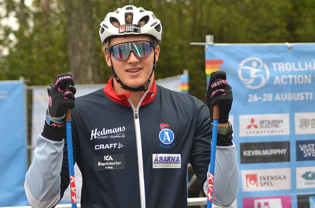 Junioren Edvin Anger utmanande seniorerna på sprinten i Trollhättan. FOTO: Johan Trygg/Längd.se.