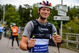 Skridskovärldsmästaren Nils van der Poel är inte rädd för att testa andra idrotter. I går åkte han 16 kilometer rullskidor på Alliansloppet Open. FOTO: Trollhättan Action Week.