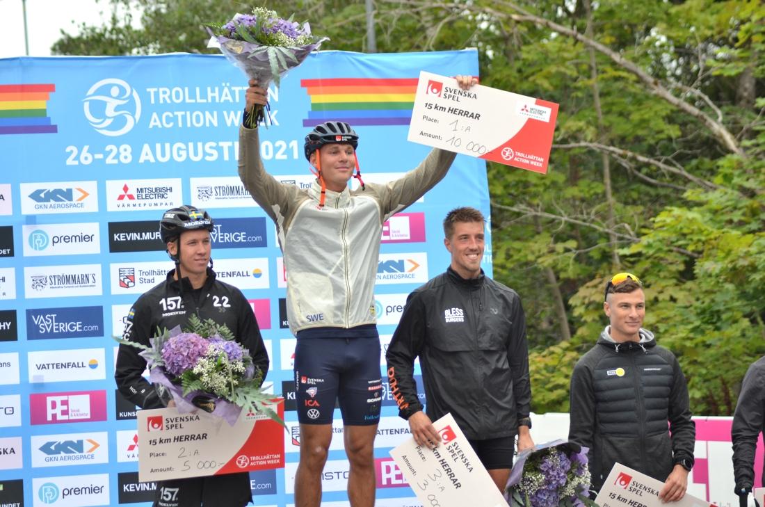 Calle tillsammans med Emil Persson (tvåa), Marcus Grate (etta) och Max Novak (fyra) efter 15-kilometersloppet i Trollhättan förra veckan. FOTO: Johan Trygg/Längd.se.