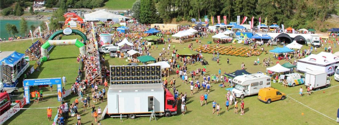Så här ser målområdet för Reschenseerennen ut sommartid under löptävlingen som går på samma bana. FOTO: Reschenseerennen.