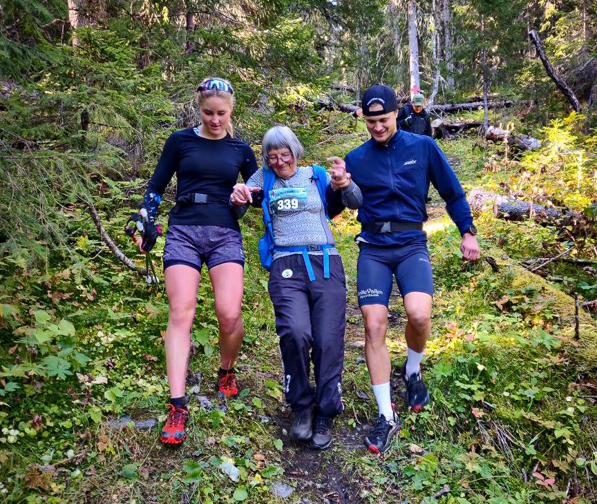 Åldersspannet var stort där den yngsta var 5 år och den äldsta var 86-åriga Gurli Leander som med fantastisk eskortering under slutskedet, av skidessen Tilde Bångman och Olle Jonsson, kunde nå målet i Ede. FOTO: Holy Race.