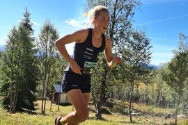 Jenny Larsson ryckte ifrån Hedda Bångman och sprang mot soloseger i Holy Race i Offerdal. FOTO: Holy Race.