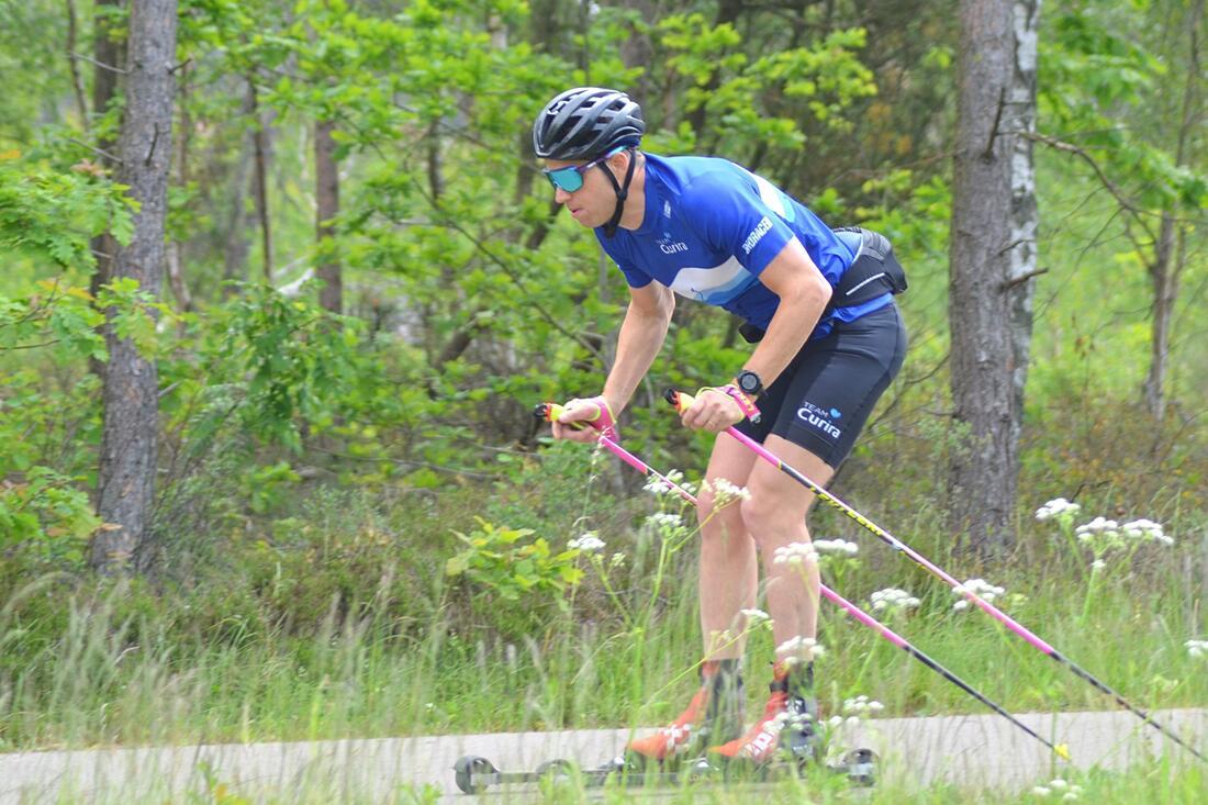 Klas Nilsson vann rullskidtävlingen Roller Ski Magic tätt före Johannes Hortlund i lördags. FOTO: Johan Trygg/Längd.se.