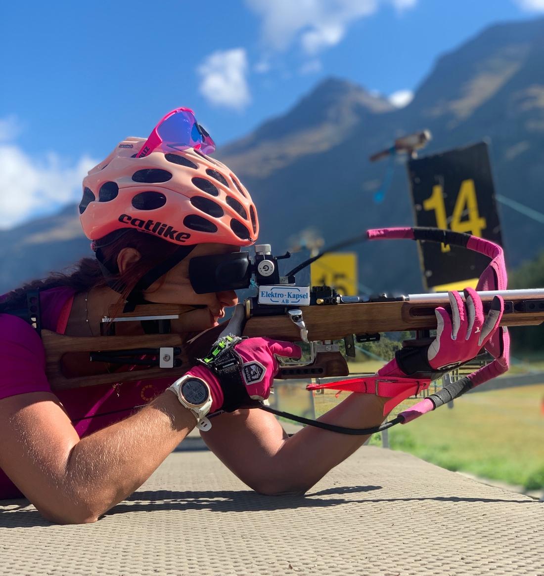 Högberg tränar med sin nya gevärsstock. FOTO: Privat.