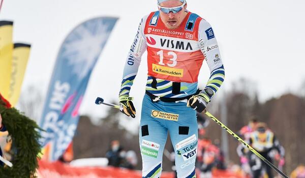 Ari Luusua, här i mål som trea på Årefjällsloppet i våras, lägger skidorna på hylla och Team Eksjöhus tappar en stark åkare innan säsongen börjat. FOTO: Visma Ski Classics/Magnus Östh.