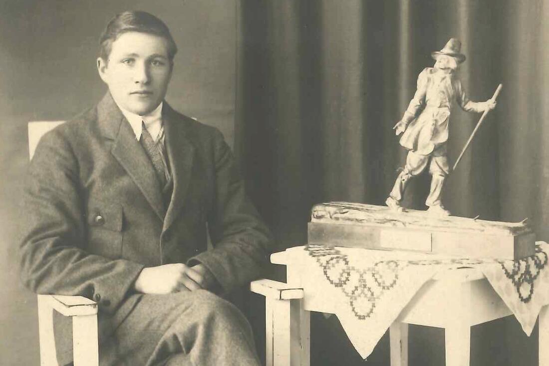 Vasaloppets segrare 1922 Ernst Alm med segertrofén från Vårt Hem. FOTO: Norsjö Skidlöparmuseum.
