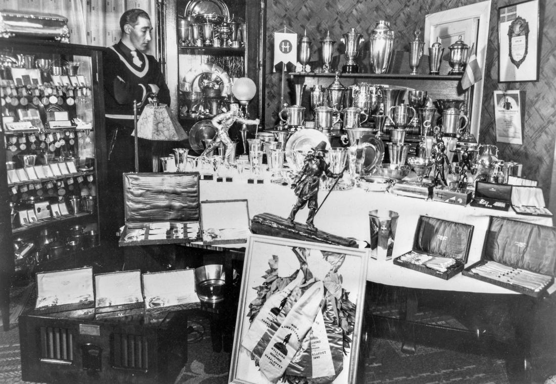 Arthur Häggblad med sin prissamling och Vasaloppets segertrofé i centrum. FOTO: Okänd/Västerbottens museum.