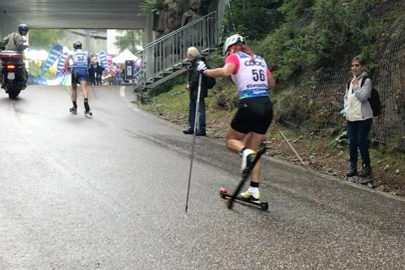 Natalia Nepryaeva höll på att krascha strax före mål vid rullskid-VM i Italien på söndagen. Framför henne ser vi Linn Sömskar som tog guldet. FOTO: Jostein Olafsen