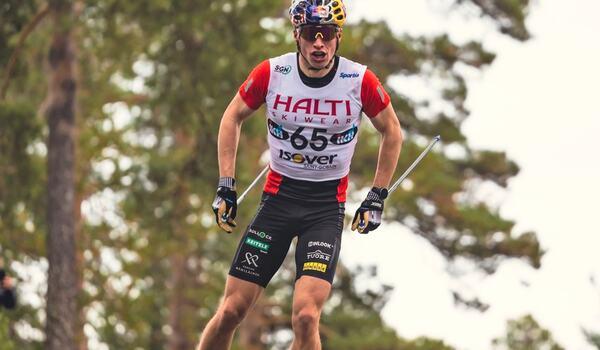Iivo Niskanen på väg mot seger på 16 kilometer fri stil vid finska mästerskapen på rullskidor. FOTO: Loru Creative/Vuokattisport.