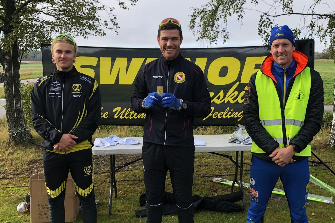 OK Landehofs Marcus Ullman, i mitten, blev Götalandsmästare på rullskidor på söndagen. Till höger tvåan Erik Wilhemsson från arrangörsklubben Lidköpings VSK och till vänster trean Olle Windahl, Zinkgruvans IF. FOTO: Lidköpings VSK.