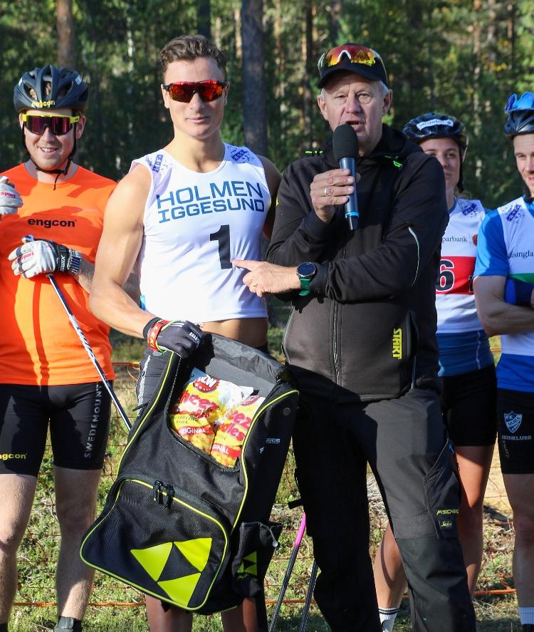 """Lasse """"Blixten"""" Jonsson prisar rullskidkungen Max Novak. I bakgrunden Gabriel Höjlind, Anna Dyvik och Gustav Eriksson. FOTO: Hudiksvalls IF."""