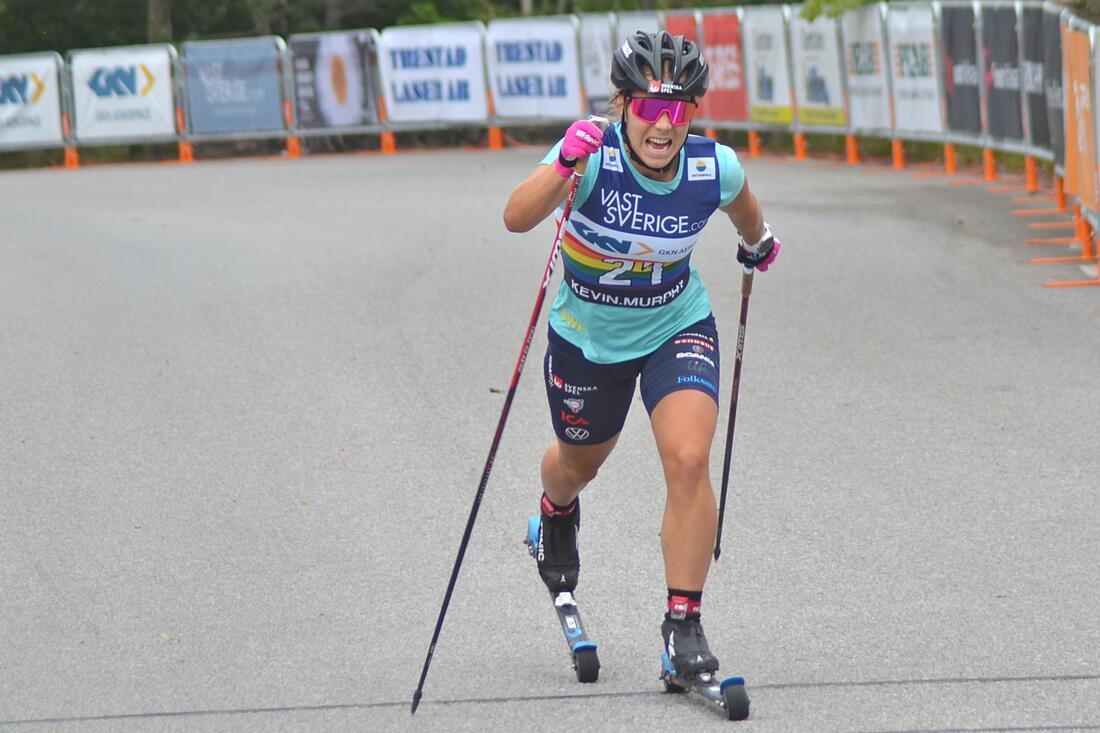 Johanna Hagström har precis genomfört sitt första höghöjdsläger. På bilden åker sprintesset i mål som fyra på 15 kilometer vid rullskidtävlingarna i Trollhättan för en månad sedan. FOTO: Johan Trygg/Längd.se.