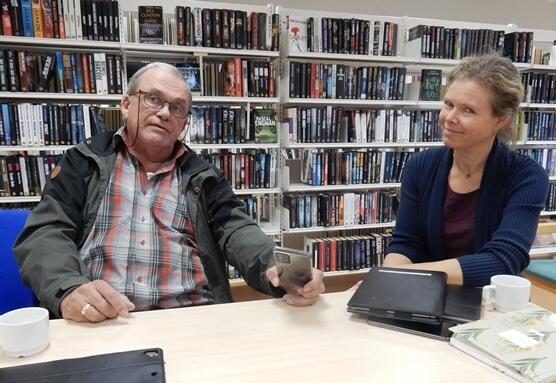 Hans Petter Hellarvik og Sylvia Bredal ønsker velkommen til seniornett på biblioteket