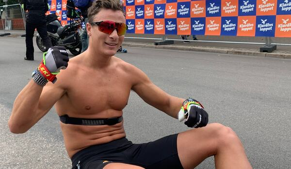 Max Novak efter segern på Klarälvsloppet. Idag kraschade Novak rejält på cykel under ett träningspass på Gran Canaria. FOTO: Johan Trygg/Längd.se.