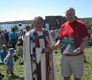 Leder av Maridalens Venner overrekker Gunnar Stålsett gave